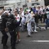 Тринайсет задържани и осем ранени при сблъсъци между фенове на Легия и полицаи