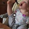 Момиченце без ръчички разчувства света, показвайки как се е научило да се храни с крачетата си