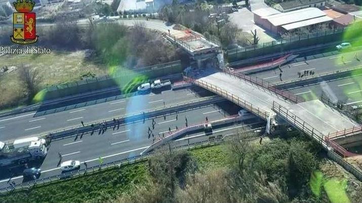 Мост се срути на магистрала в Италия, двама загинаха