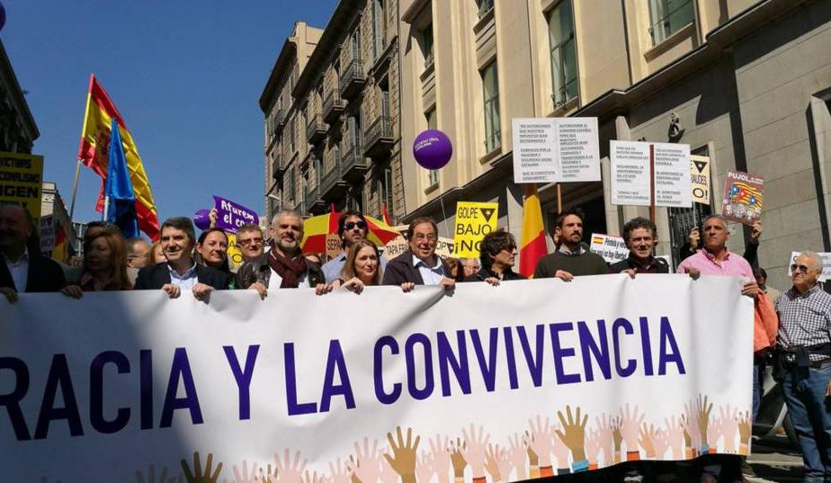 Многохилядно протестно шествие в Барселона срещу независимостта на Каталуния