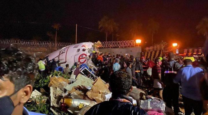 """Най-малко 15 души са загинали, след като самолет на """"Еър Индия Експрес"""" катастрофира при кацане"""