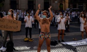 Голи лекари протестират в Испания