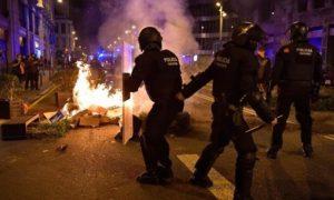 Сблъсъци между полиция и протестиращи в Барселона заради ограничителните мерки