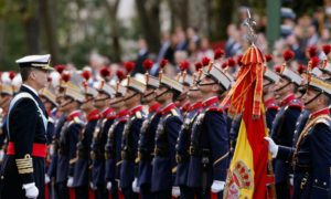 Испания отбеляза днес националния си празник с голям военен парад в Мадрид